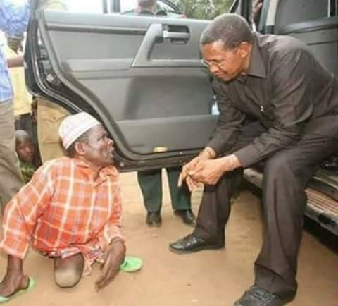 Le président Tanzanien voit un handicapé dans la rue et
