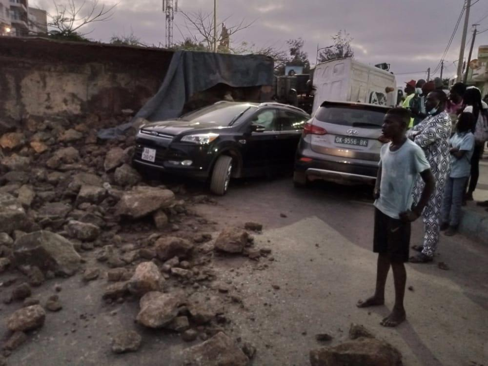Ouakam : Un camion rempli de cailloux se renverse sur 2 voitures (photos)